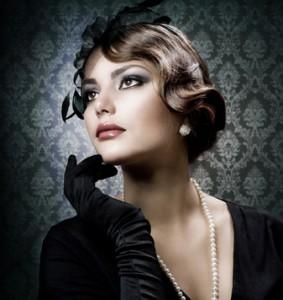 Frau mit schwarzen Handschuhe, Retrofrisur