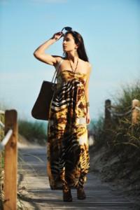 Frau mit Neckholderkleid am Strand