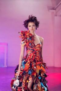 Asiatin im bunten, opulenten One Shoulder Kleid