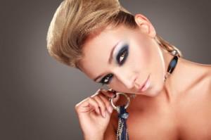 Blonde Frau mit blau geschminkten Smokey Eyes