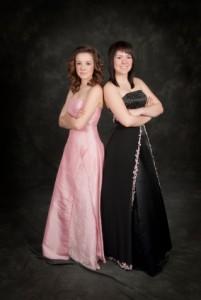 Rosa und schwarzes Abschlussballkleid